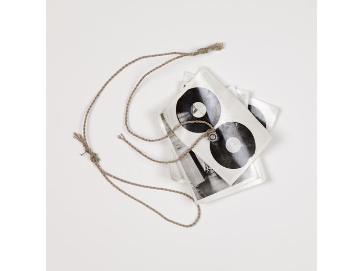 Milan Knížák, //Fly//, 1987, fotografia, śruba, sznurek, 13,5 × 13,5 cm, Kolekcja MOCAK-u