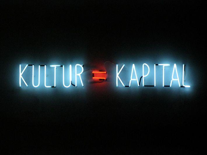Alfredo Jaar, Kultur = Kapital, 2012, neon, 100 x 800 cm, Courtesy Thomas Schulte Galerie, Berlin.