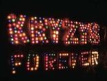 Janusz Łukowicz, //Kryzys Forever//, neon z lampek choinkowych, 2012, dzięki uprzejmości galerii Starter3