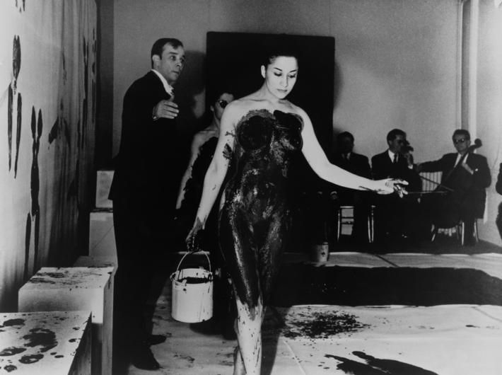 Yves Klein, //Antropometrie z niebieskiej epoki//, 1960, wideo, dzięki uprzejmości artysty, ADAGP, Paryż, fot. Shunk-Kender © Roy Lichtenstein Foundation