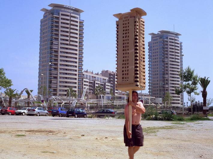 Jordi Colomer, //Anarchitekton//, Barcelona, sierpień 2002, wideo, dzięki uprzejmości artysty, kolekcja FRAC Centre, Orlean