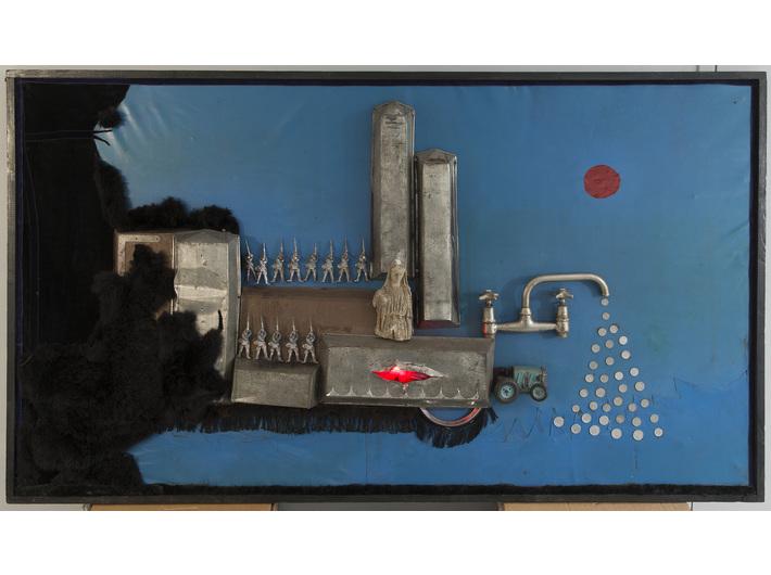 Władysław Hasior, //Pałac sprawiedliwości (Urząd)//, 1973, asamblaż, 106 × 184 × 20 cm, Muzeum Górnośląskie w Bytomiu